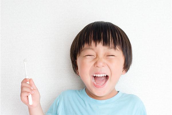 成長にあわせて歯がきれいに生えるスペースを整える治療です