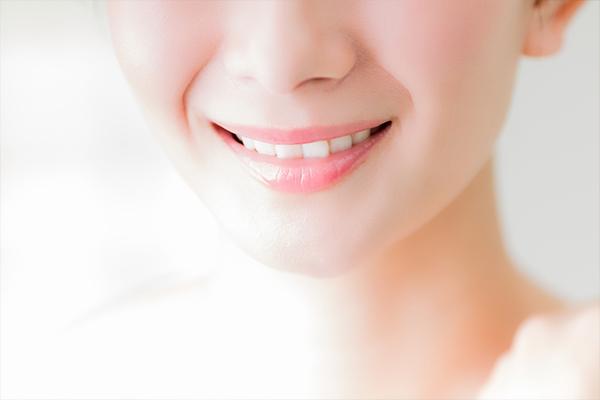 歯磨きでは落ちない黄ばんだ歯を清潔感のある白い歯へ